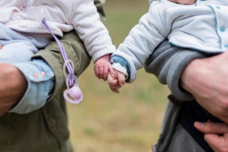 dzieci trzymają się za ręce