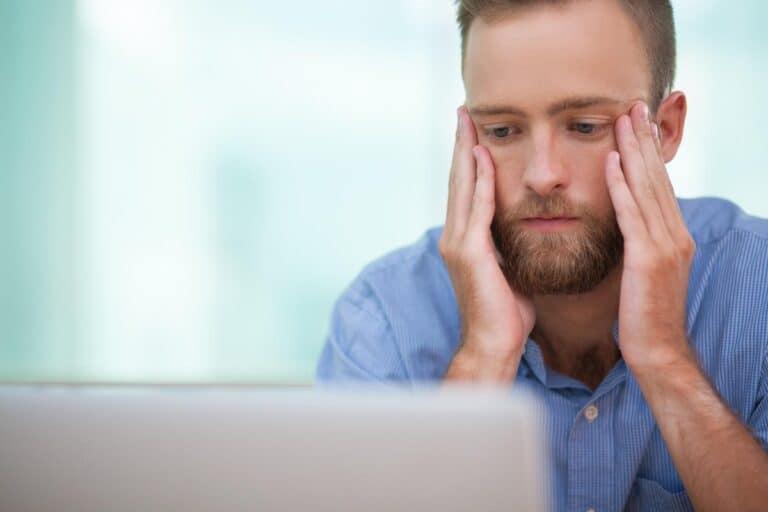 smutny mężczyzna przed monitorem