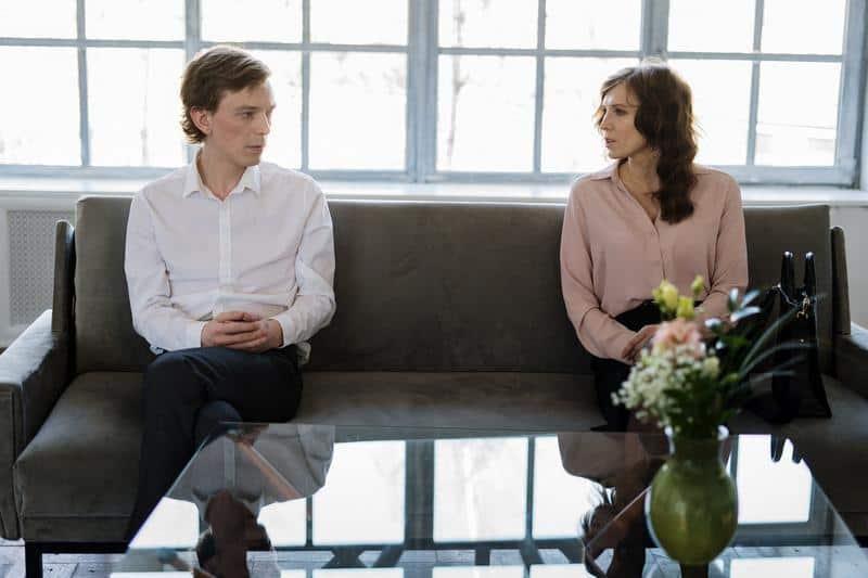para siedzi na sofie i rozmawia