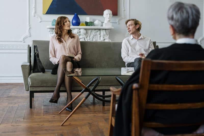 rozmowa pary i psycholog patrzy na nich
