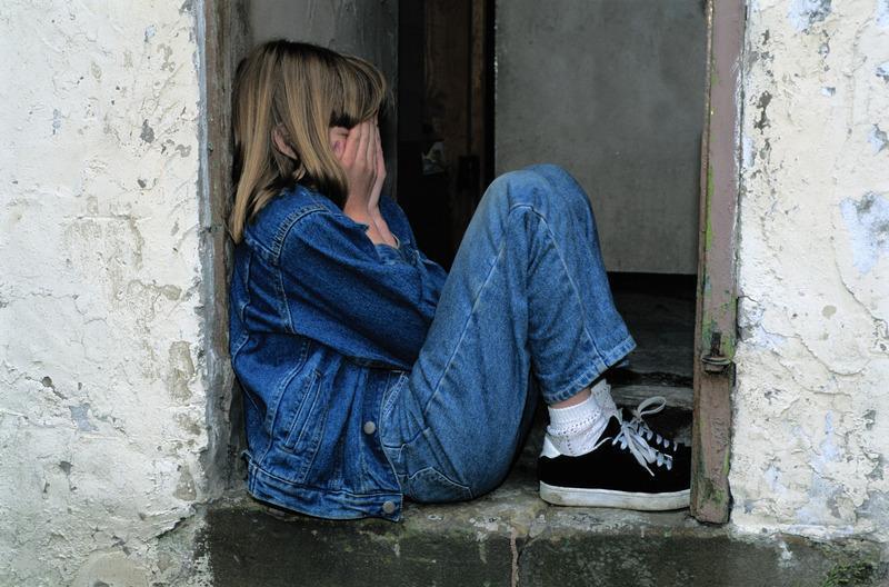 dziewczynka siedzi i płacze