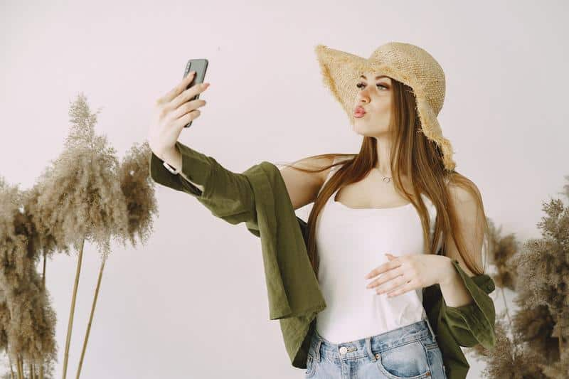 kobieta robi sobie selfie smartfonem