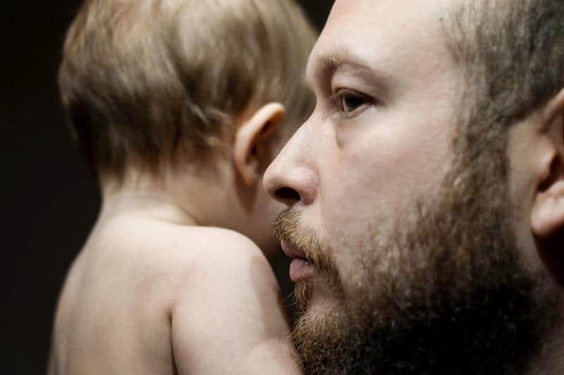 ojciec trzyma syna