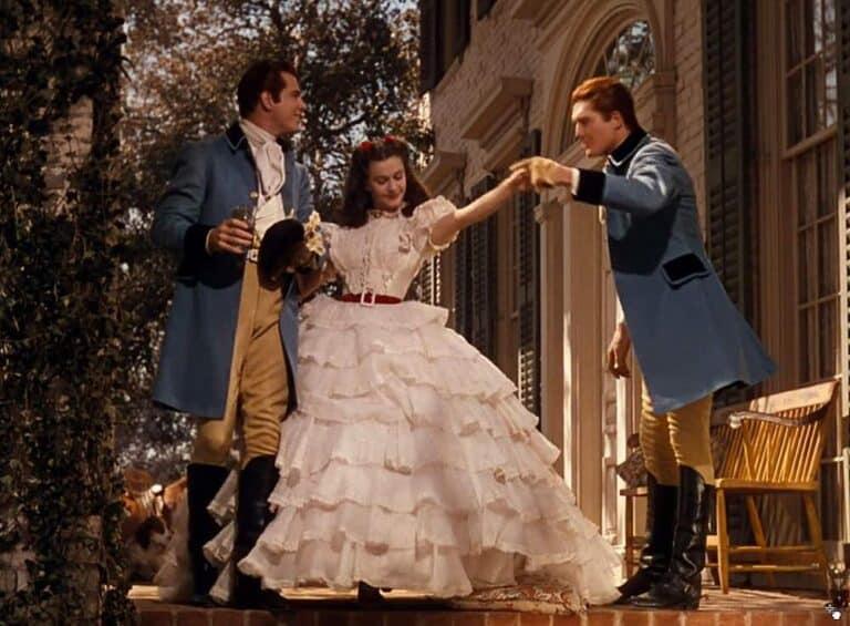 kobieta w balowej sukni obok dwóch mężczyzn