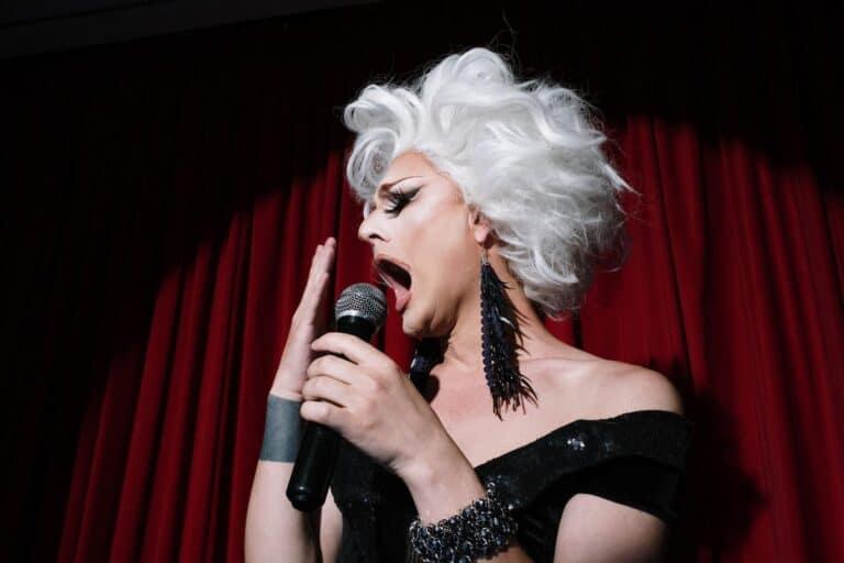 kobieta śpiewa do mikrofonu