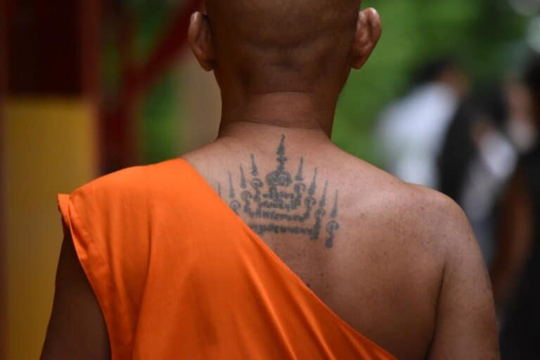 tatuaż na plecach buddyjskiego mnicha