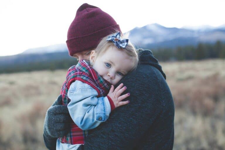 tata trzyma małą dziewczynkę na rękach