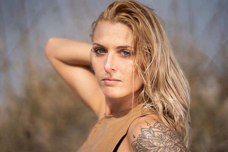 atrakcyjna kobieta z tatuażem na ramieniu