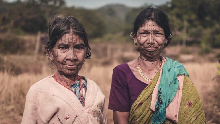 dwie kobiety z wytatuowanymi twarzami