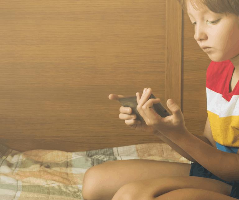 dziecko patrzy w smartfona