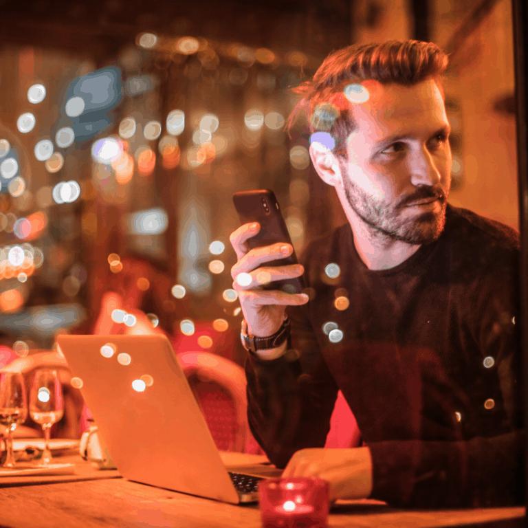 mężczyzna w restauracji z telefonem w dłoni