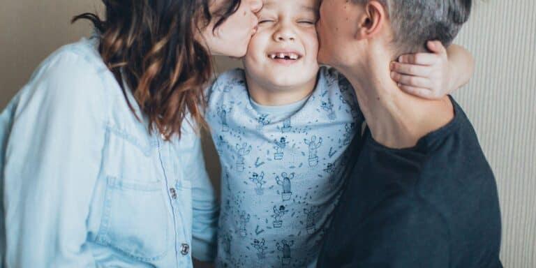 rodzice całują swoje dziecko