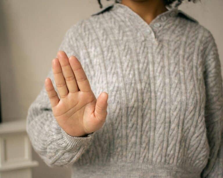 dłoń w geście odmowy